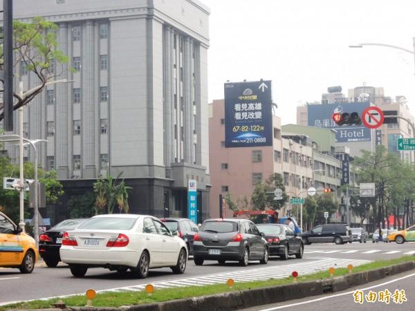 高雄市中華、四維路口,已設置禁止右轉標誌。(記者葛祐豪攝)