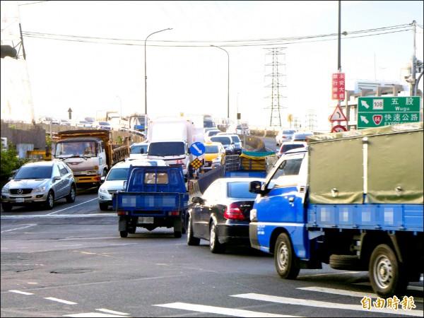 新北市議員陳明義重提增設國道1號蘆洲交流道意見。圖為蘆洲區永安大橋上橋處,可接國道1號、台64快速道路。(記者李雅雯攝)