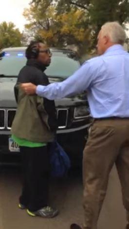美國明蘇達州一名白人便衣警察奧爾森,在上禮拜逮捕一位黑人男子湯馬斯,原因是他認為該名男子超出了行人行走的範圍。(圖擷自YouTube)