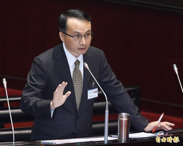 黃昭元表示,他同情同性伴侶的遭遇,「相愛的人不能正式在一起,是一種傷害。」(記者廖振輝攝)