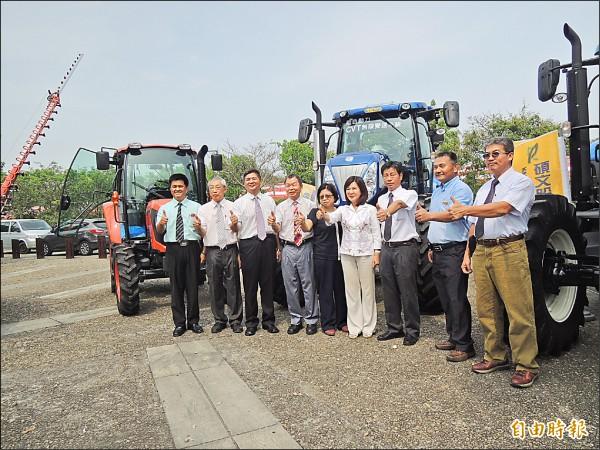 台灣農機工業同業公會陪同副縣長張皇珍(右四)為全國農機展暖身。(記者廖淑玲攝)