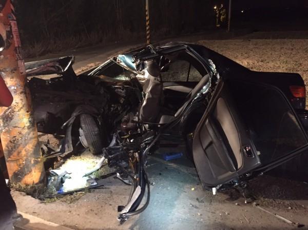 王姓男子駕車發生車禍,汽車幾乎全毀。(記者周敏鴻翻攝)