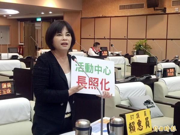 台南市議員賴惠員建議結合長照2.0政策,讓活動中心「長照化」,老人家便能「在地老化享天倫」。(記者蔡文居攝)