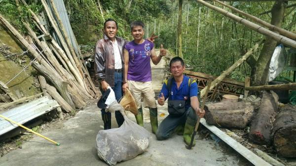 讓石牛山恢復登山安全環境的「武松」們:關西鎮公所清潔隊員李清雄(從左到右)、曾新添、以及實際摘蜂窩的張家強。(圖由關西消防分隊提供)
