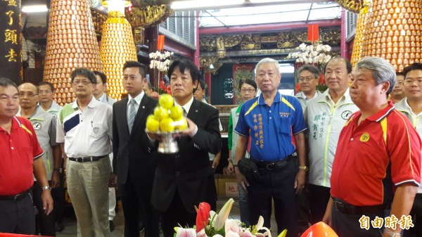 台南市長賴清德來到新竹市都城隍廟上香,感謝新竹市民在台南大地震時伸出援手協助賑災,讓台南人感受台灣人的溫情與大愛。(記者洪美秀攝)