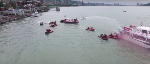 新北市消防局今聯合眾多單位進行演練,首艘消防艇「滬尾一號」也下水服勤。(記者王宣晴翻攝)