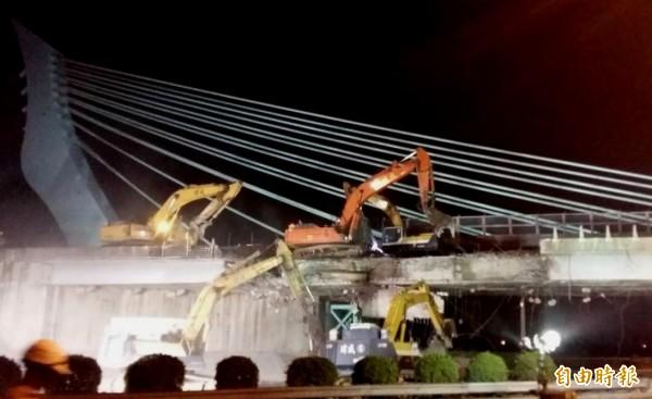 大竹橋拆除工程延誤造成國道二號昨天塞爆,影響到桃園機場飛機起降,市長鄭文燦表示該懲處就懲處。(記者邱奕統攝)
