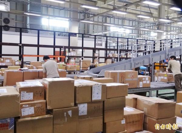 未來快遞包裹將比照進口郵包課稅了!(資料照,記者王孟倫攝)