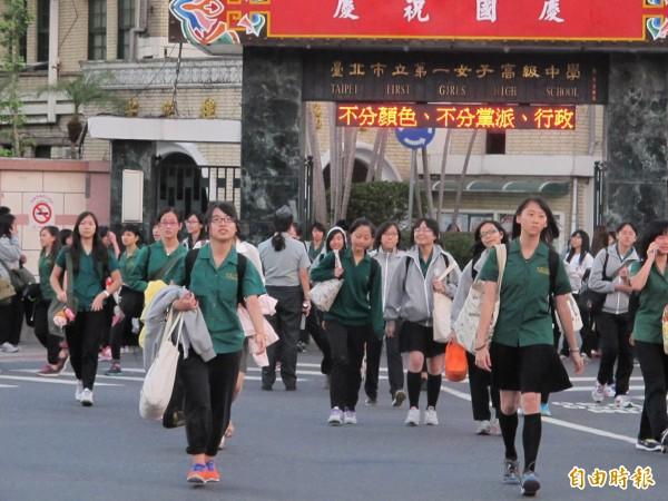 台灣高中生上課時間長,連日本學生都說「你們辛苦了」。(資料照,記者謝佳君攝)