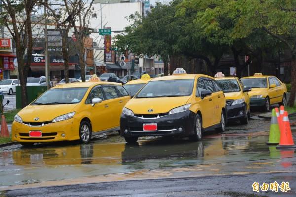 計程車車牌落漆,民眾質疑是故意而為。資料照。(記者游明金)