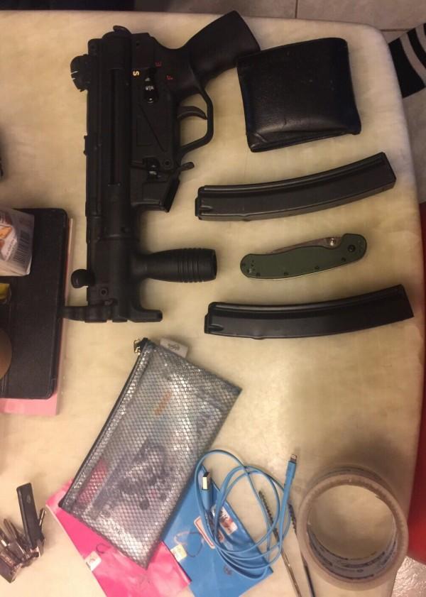 警方在劉嫌新北市中和區住處起出MP5衝鋒槍及子彈。(記者陳恩惠翻攝)