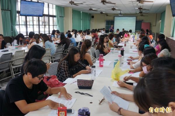 百位會員參加幼教會員大會,針對幼教議題提出看法與意見。(記者林孟婷攝)