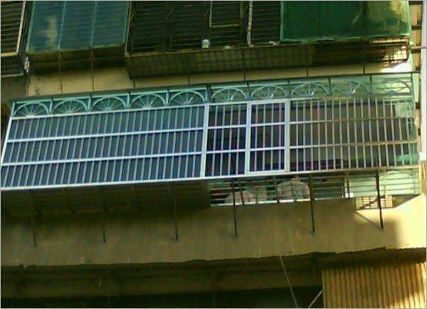 民眾裝設鐵窗防盜,但在火災時也淪為阻礙逃生的亡命鐵窗。示意圖。(記者吳仁捷翻攝)