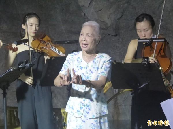 金門坑道音樂節在翟山坑道登場,國寶級的台灣歌仔戲第一苦旦廖瓊枝(中)展現優雅身段與唱腔。(記者吳正庭攝)