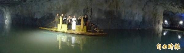 金門坑道音樂節在翟山坑道內的水道率先登場。(記者吳正庭攝)