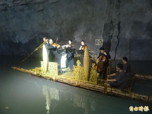 金門坑道音樂節首日「聲東擊西」演出在翟山坑道登場。(記者吳正庭攝)