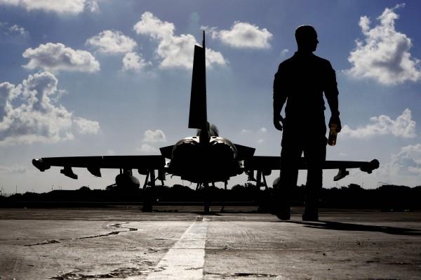 英國空軍4架「颱風」戰鬥機今(22)日傍晚飛抵日本青森縣三澤市自衛隊基地,將與日本航空自衛隊聯合演習至11月6日。(法新社)