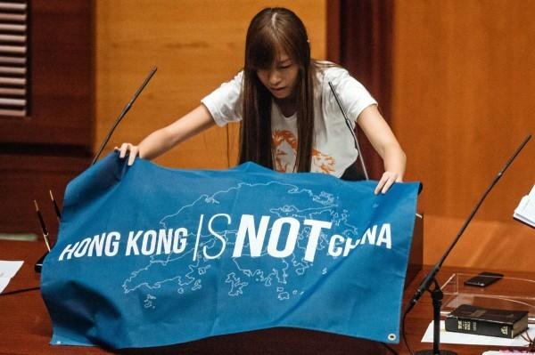 香港本土派政黨「青年新政」的立法會議游蕙禎,日前在宣誓時稱中國(China)為「支那」。(彭博)