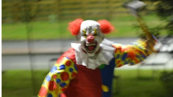 英美近期掀起一股「恐怖小丑」的詭異現象,部分民眾從一開始只是假扮小丑惡作劇,轉變成會持刀槍傷害或攻擊路人。這股歪風近日則延燒到德國境內。(圖擷自畫報(Bild)網站)