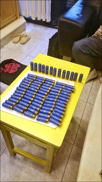 警方在劉智華住處起出300發的9mm子彈、78發霰彈槍子彈。(記者陳恩惠翻攝)