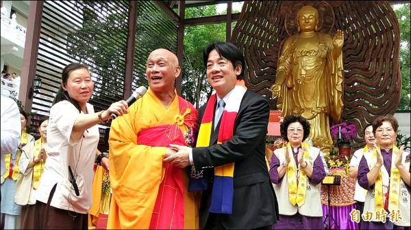 台南市長賴清德(右)抵集集鎮國寺,受到寺方住持廣心和尚(左)大力讚許。(記者劉濱銓攝)