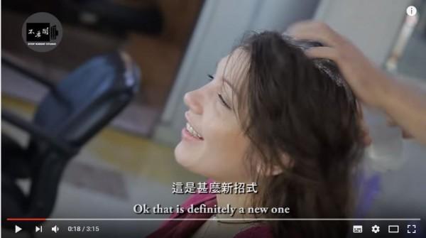 一位英籍體驗者,大讚台灣髮廊,這是什麼新招式,技術好好。(圖擷自YouTube)