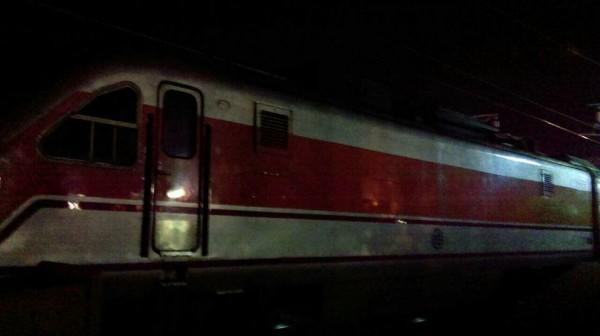 台鐵177次由花蓮開往雲林斗南的自強號,在今晚7點25分行經竹南站時,有旅客疑直接從月台跳下,遭到自強號撞死。(圖擷取自fun臺鐵臉書)