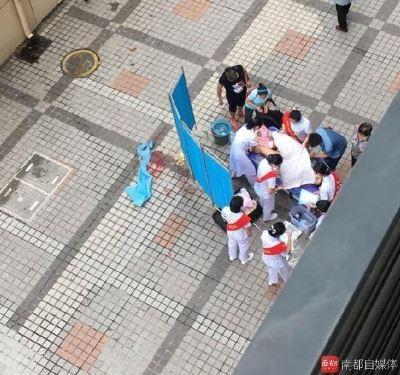 中國深圳昨(22)日上午九點左右,一名王姓產婦來不及進產房,直接在醫院門口生產。(圖擷自南都自媒體)