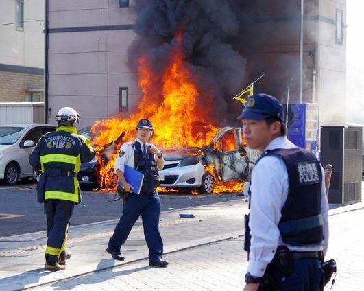 日本栃木縣宇都宮市一處停車場於當地時間今日上午11點35分發生車輛爆炸意外,造成3名男性傷者送醫急救,1名男子在爆炸中死亡。(圖擷取自朝日新聞)