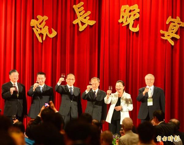 行政院長林全(左三)參加105年僑務委員會議晚宴,會中僑務委員長吳新興(左四)等人,一同舉杯向參加的委員們致意。(記者王藝菘攝)
