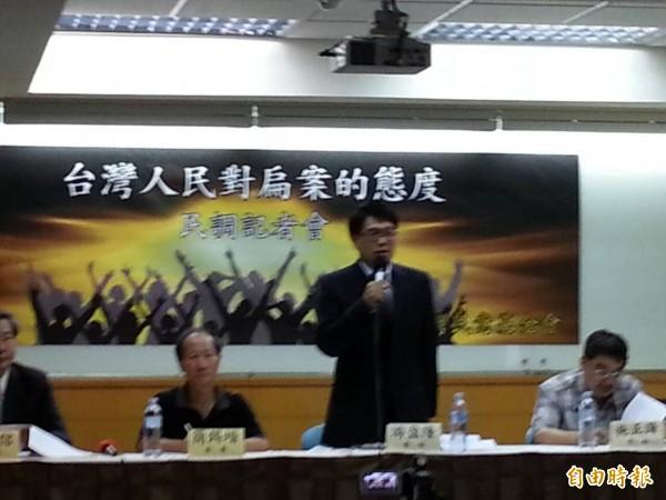 台灣民意基金會董事長游盈隆,顯示蔡總統的聲望暫時止跌,但沒有回升。(記者鍾麗華 攝)