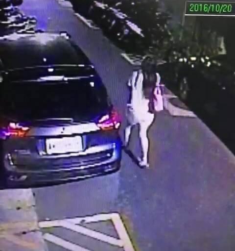 監視器拍下莊女棄置女嬰後離去的身影。(記者王冠仁翻攝)