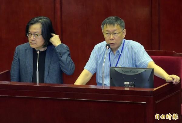 台北市長柯文哲(右)24日赴市議會針進行專案報告,與都發局長林洲民(左)一同接受詢答。(記者黃耀徵攝)