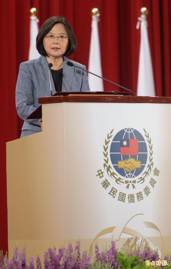 台灣民意基金會今天公布民調顯示,上任5個月的蔡英文總統與520相較,下跌25.9個百分點,和上月相比,只差0.7%。(記者張嘉明攝)
