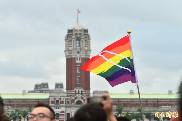 衛福部醫事司今(24)日重申,同性伴侶可以幫忙簽署同意書,且不需要任何證明文件。圖為去年同志大遊行一景。(資料照,記者王藝菘攝)