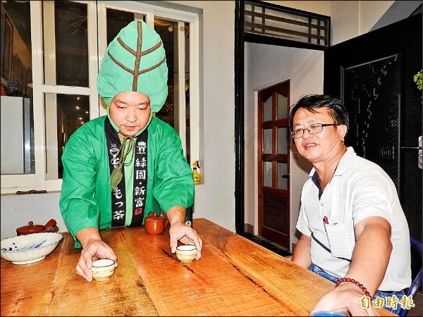 日本青年茶農森本健太郎(左)也沖泡日本無毒有機抹茶,還特地穿上公仔裝扮,推廣喝茶文化。(記者佟振國攝)