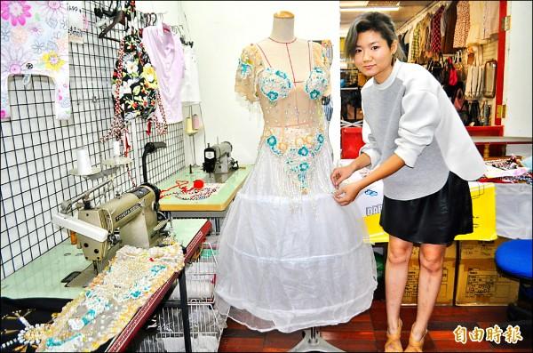二手衣也可以很時尚!「木匠的家」歸國設計師李亞俐,策畫「人人都會環保時尚」計畫行動。(記者李容萍攝)