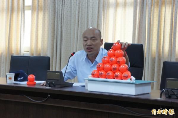 農產公司總經理韓國瑜下午召開記者會對民進黨立委段宜康嗆聲。(記者黃建豪攝)