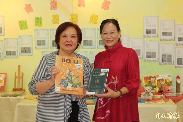 陳蓓蓓(左)致贈全套凱迪克得獎繪本給斗六市繪本館,由市長謝淑亞(右)代表接受。(記者詹士弘攝)