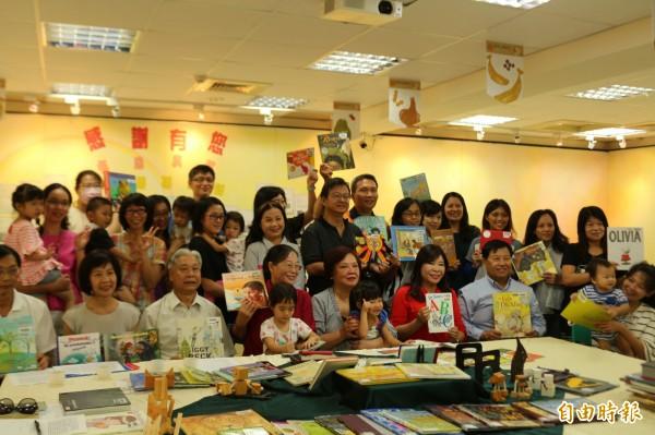 繪本館擁有大量各國繪本藏書,靠的是旅人利用漂書或旅行帶繪本回國。(記者詹士弘攝)