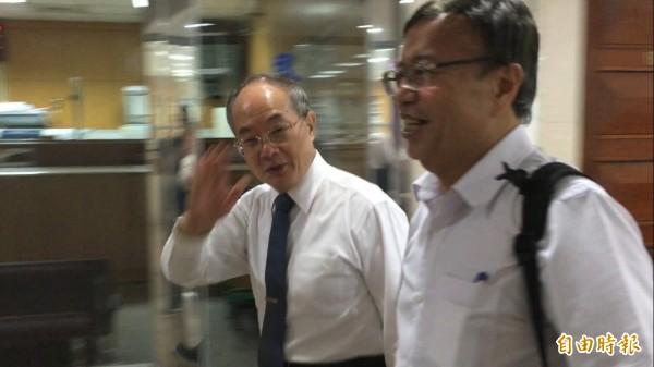 前檢察總長黃世銘(左)今到台北地院開庭。(記者張文川攝)