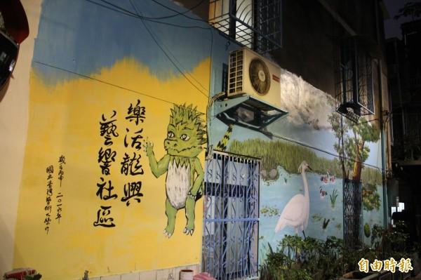 龍安里因為靠近浮洲溼地,因此彩繪牆也融入逼真的白鷺鷥等生態濕地景致;而浮洲早期盛行栽種茉莉花、黃梔花,面積曾達數百公頃,堪稱「茉莉花的故鄉」。(記者鍾泓良攝)