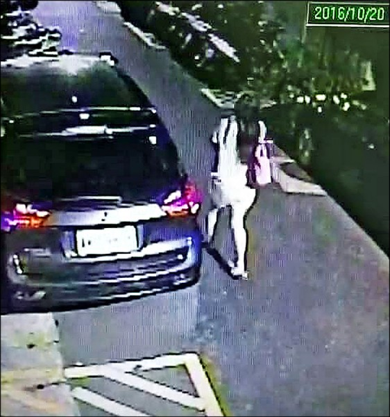 監視器拍下莊女棄置女嬰後離 去身影。 (記者王冠仁翻攝)