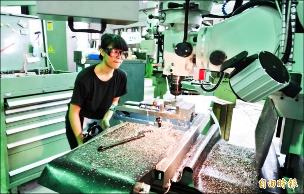 陳明妍參加全國工業類科實作競賽,比賽專注。(記者楊金城攝)