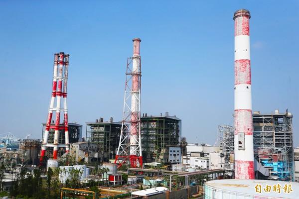 台電大林廠五號機(中間)一再出包,出現「秋老虎」供電危機。(記者張忠義攝)