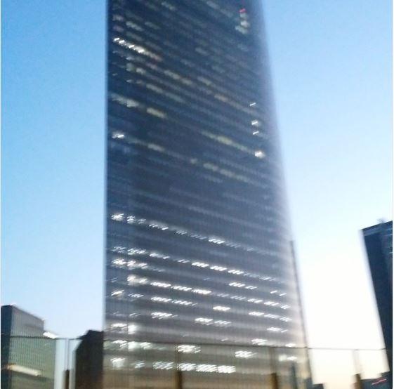 電通大樓被拍到早上5點就燈火通明。(圖擷自推特)