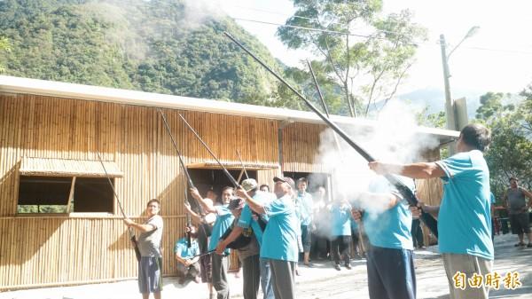 花蓮縣秀林鄉銅門部落今早族人在部落會議主席馬少帶領下,用鳴槍、放狼煙等傳統儀式,向祖靈、社會大眾宣示部落的傳統領域範圍。(記者王錦義攝)