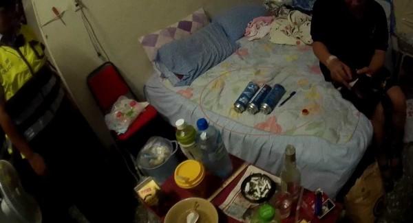 林男在房間內擺置木炭及多罐罐裝瓦斯企圖燒炭尋短。(記者許國楨翻攝)