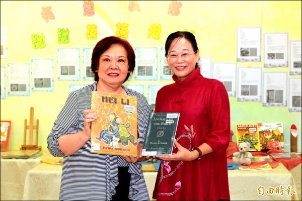 陳蓓蓓(左)蒐集全套凱迪克獎得獎繪本近兩百本,贈送給斗六繪本館,由市長謝淑亞(右)代表接受。(記者詹士弘攝)