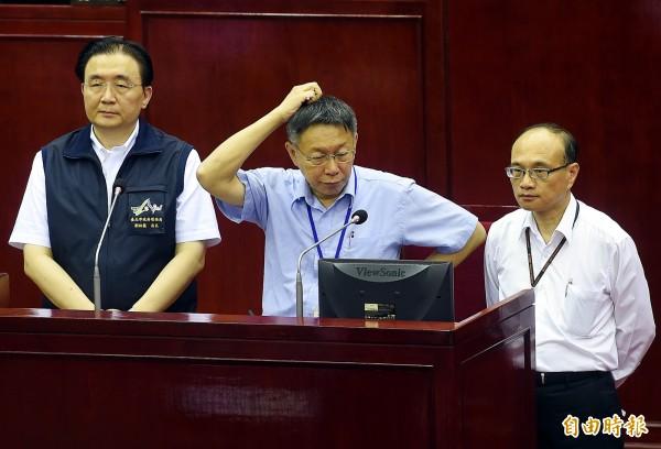 國民黨市議員王欣儀指出,依據《公司法》總經理對董事會負責,而非市長;不解韓國瑜辭呈為何在市長抽屜?柯文哲僅回應「好問題」。(記者方賓照攝)